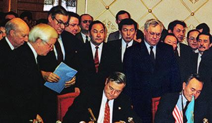 Ген. директор Chevron Кен Дерр и Президент Республики Казахстан Нурсултан Назарбаев подписали соглашение о создании совместного предприятия Тенгизшевронойл, 1993 г.