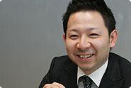 Yusuke Mr. Korematsu специалист по продажам масла и запасных частей Toyota ворговом зале Yusuke.