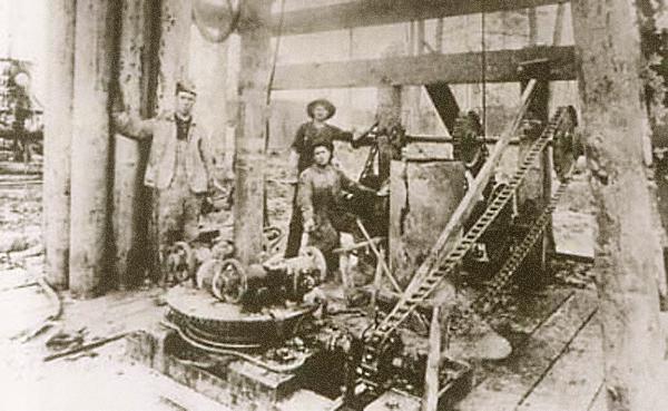 Texas Co. открывает нефтяное месторождение в г. Соур Лейк (Sour Lake), 1903 г.